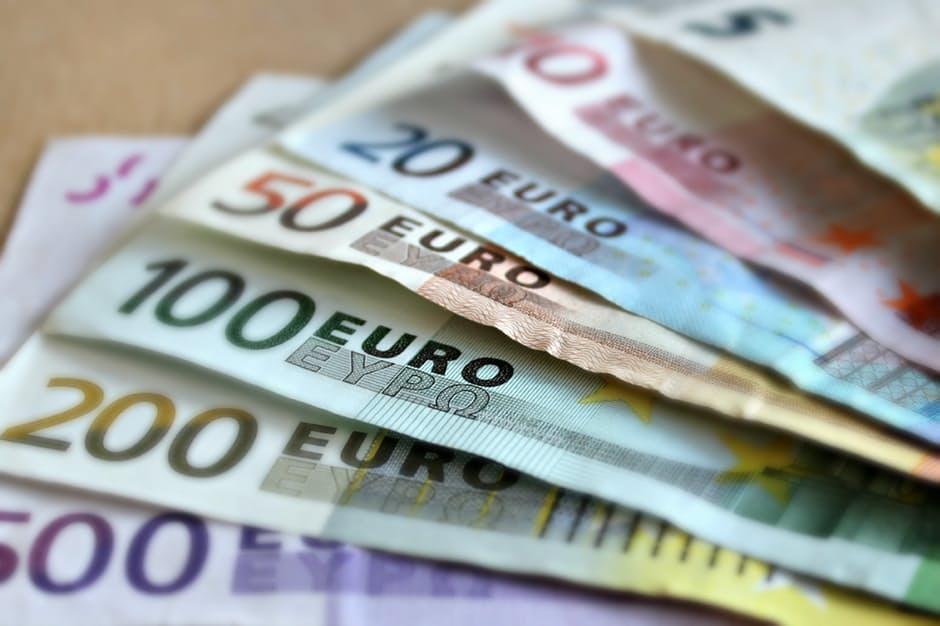 """המחדל החמור של נתניהו בנושא היזות לארה""""ב הוא הכי חמור כל עוד טראמפ עדין נשיא הוא יכול לבטל את הצורך בוזיות לישראלים Bank-note-euro-bills-paper-money-63635"""